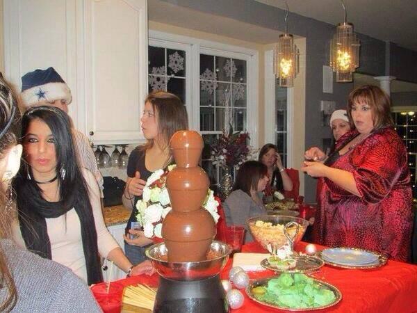 Dikke kijkt naar chocolade fontijn