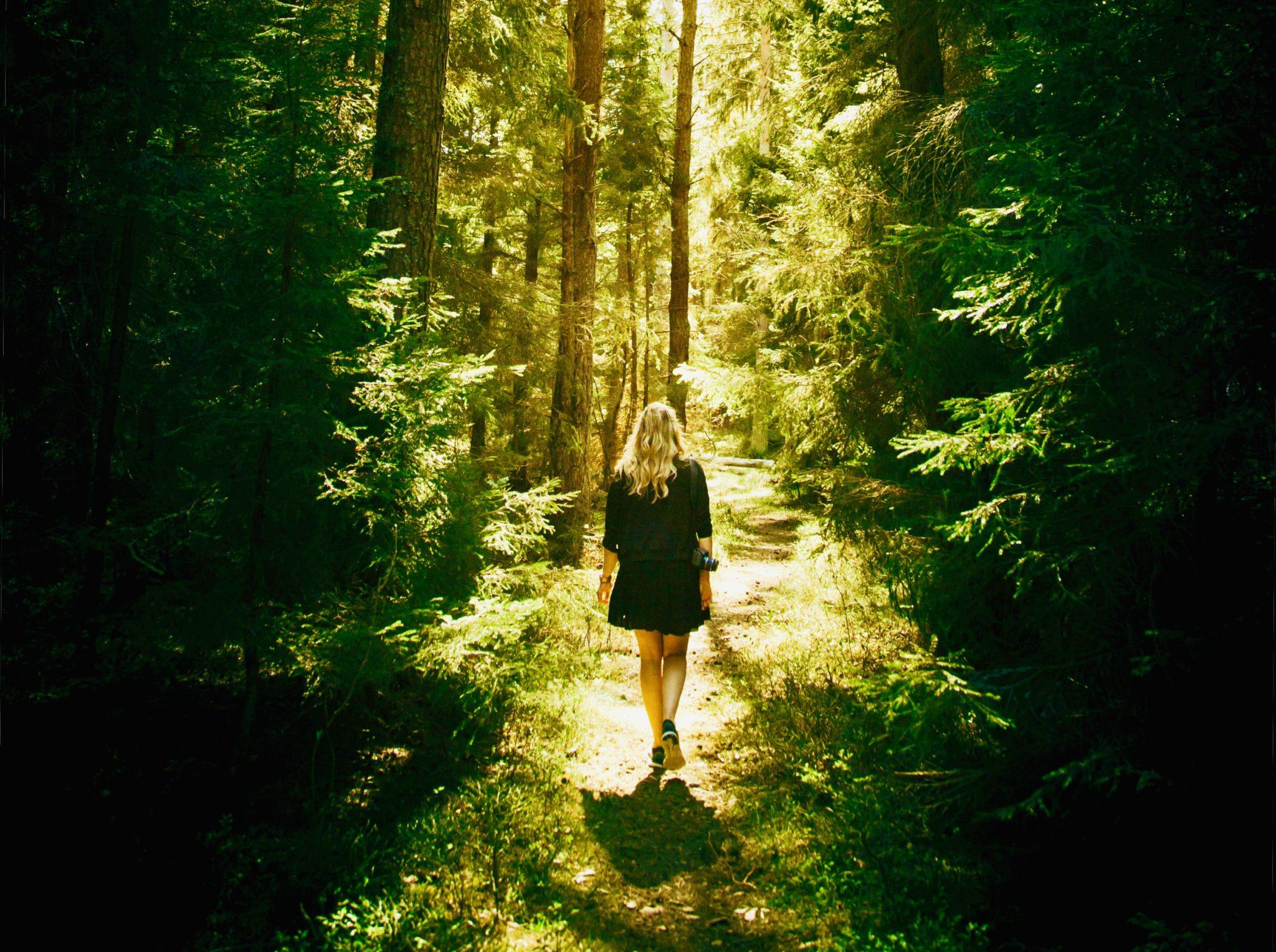 TBSen de nieuwe hype daarom loopt dit wijf alleen in het bos